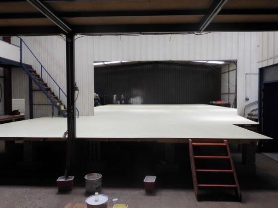 mis en peinture le 10 septembre, le nouveau plancher passe de 90 à 190 m², sur 20 m de long. Ceci nous permettra de travailler dans des conditions optimales et de pouvoir assembler et réparer plusieurs voiles en même temps. Nous avons également fait l'acquisition d'une nouvelle machine à coudre bras extra long flambant neuve.